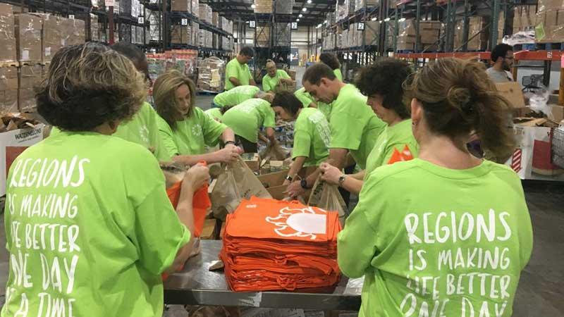 Voluntarios armando cajas