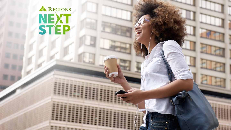 joven afroamericana escuchando música en la ciudad