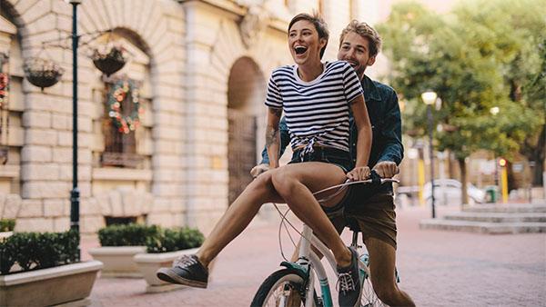 pareja joven en bicicleta