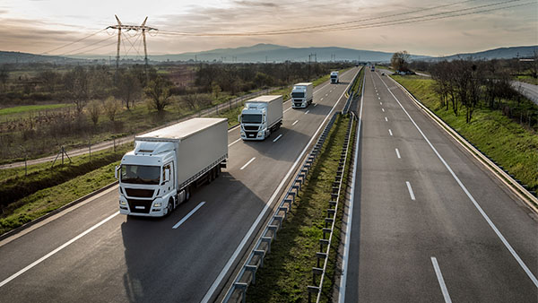 cuatro camiones en una autopista