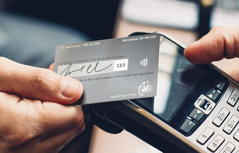Cliente pagando con una tarjeta con tecnología tap to pay.