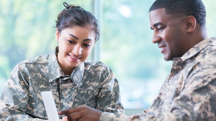 miembros del servicio militar conversando