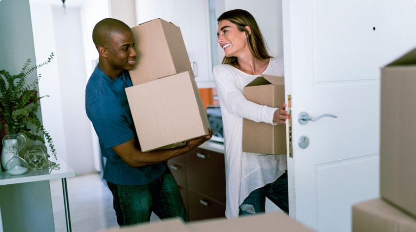Pareja trasladando cajas a su hogar