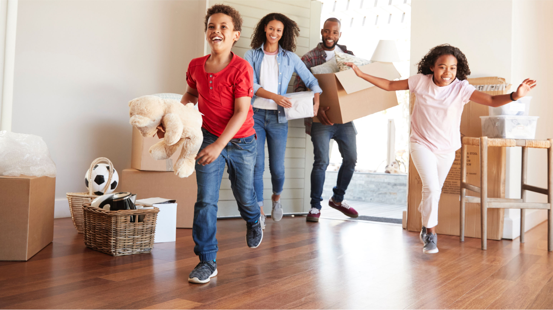 Familia que entra corriendo emocionada a su nueva casa