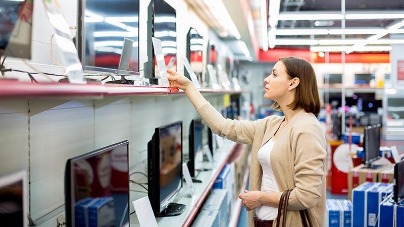 mujer buscando un televisor para comprar