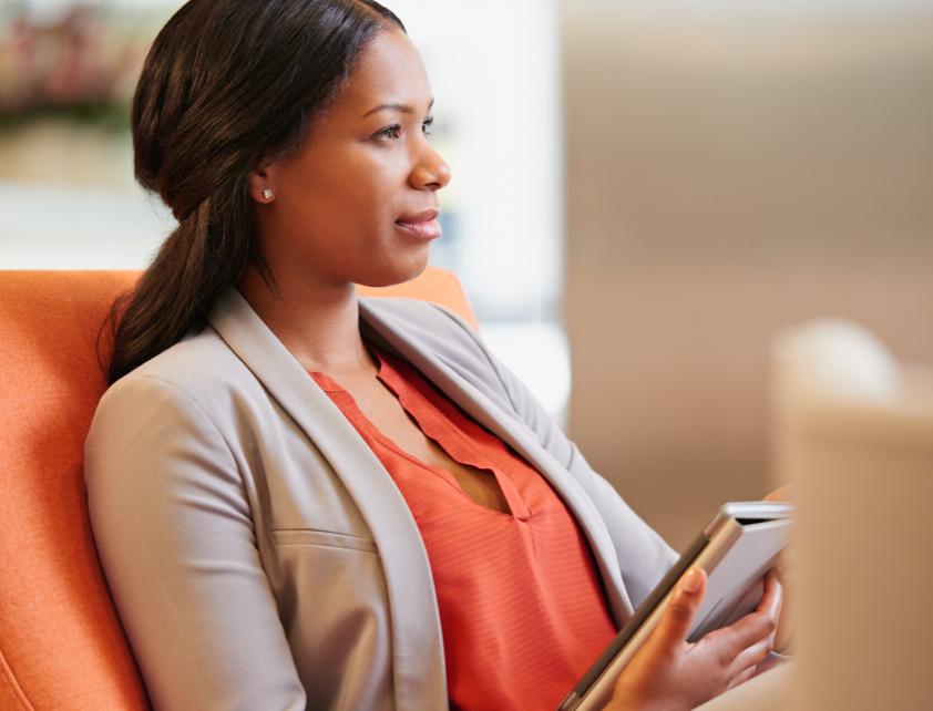 Mujer sentada usando una tablet