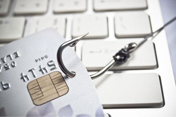 Tarjeta de crédito con gancho que la atraviesa