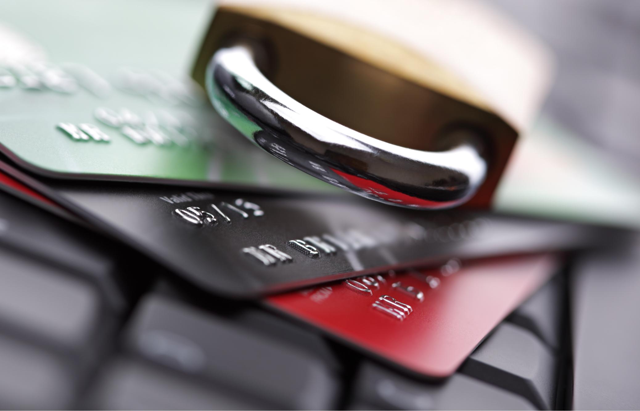 Créditos y candado sobre teclado