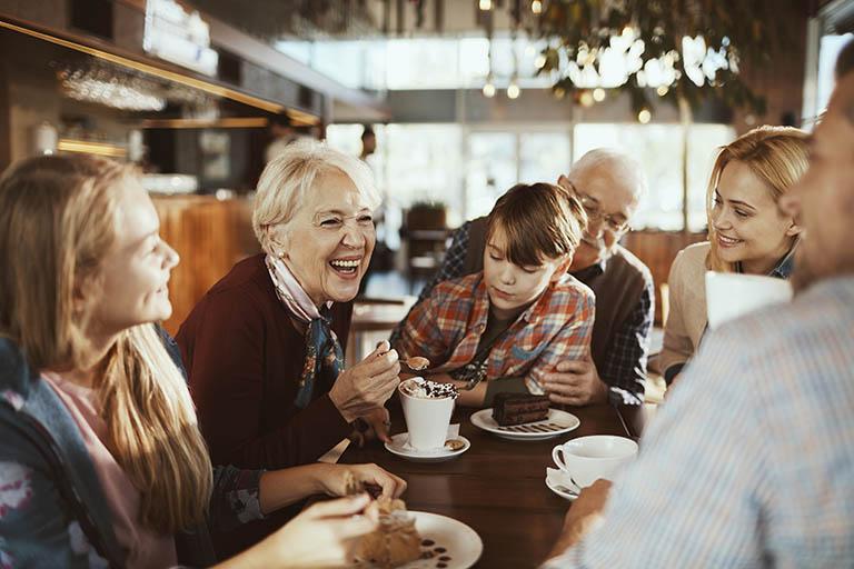 Familia comiendo en un restaurante