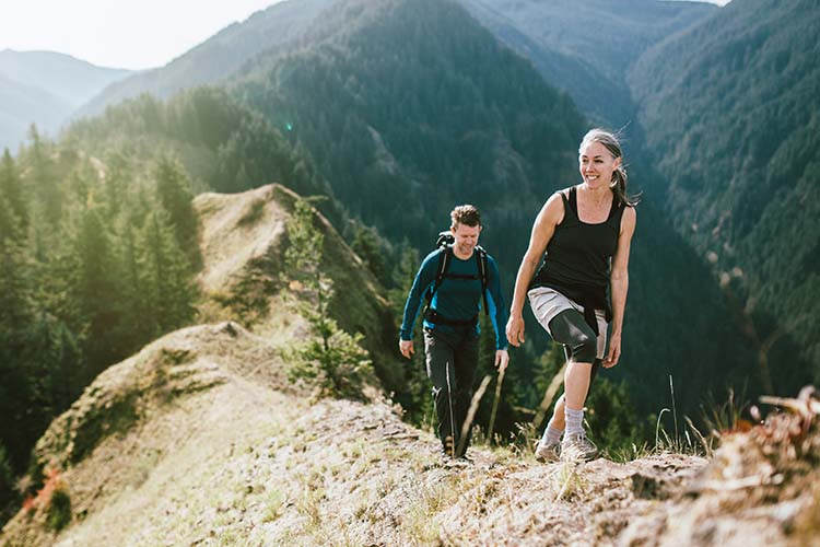 pareja madura haciendo montañismo