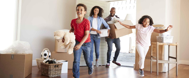 familia joven mudando cajas a su nueva vivienda