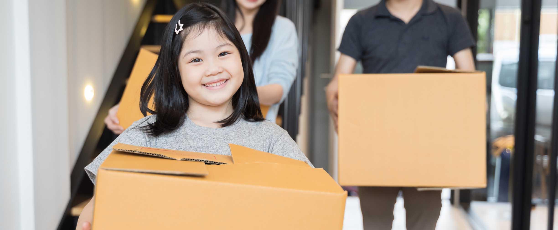 familia llevando cajas de mudanza
