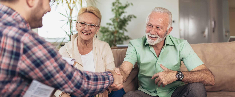 pareja reunida con un agente inmobiliario