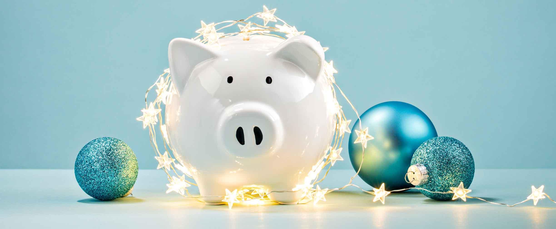 alcancía envuelta con una tira de luces navideñas