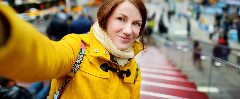 mujer tomándose una selfie en la ciudad