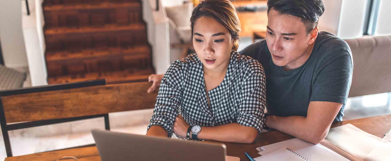pareja charlando sobre sus finanzas