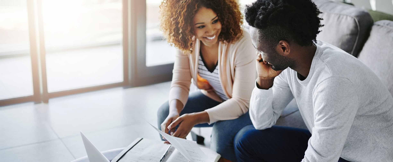 pareja trabajando en un plan financiero