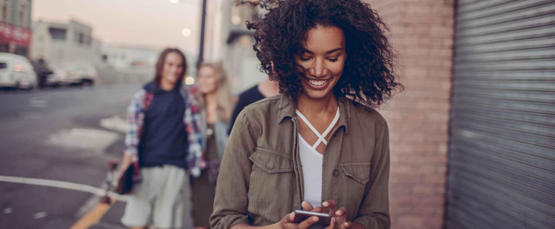 Primer plano de mujer joven viendo su teléfono