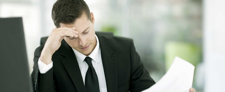 Hombre mirando los informes de administración del tiempo