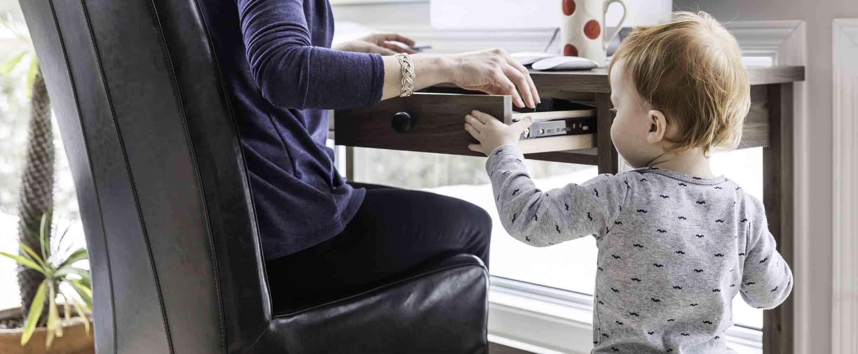 madre trabajando y jugando con su hija