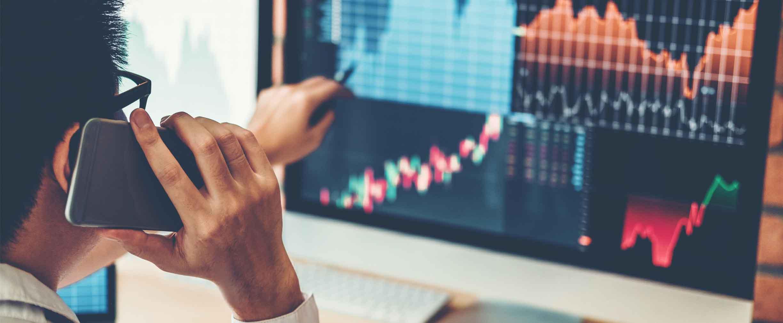 asesor patrimonial usando tecnología para hace recomendaciones financieras