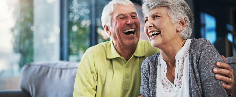 pareja feliz jubilada