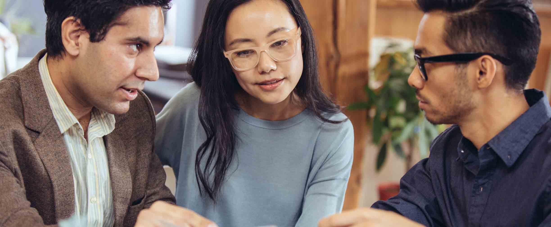 una pareja revisando un plan de patrimonio con un asesor