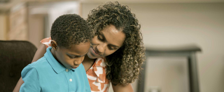imagen de una mujer y de un niño de una vida de cuidado
