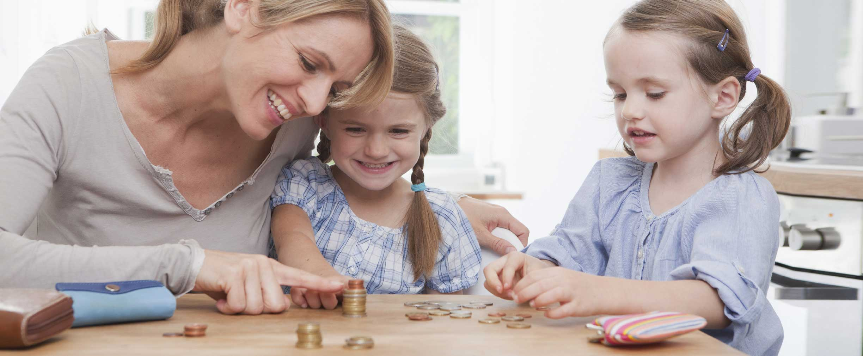 Mamá educando a los niños sobre el dinero