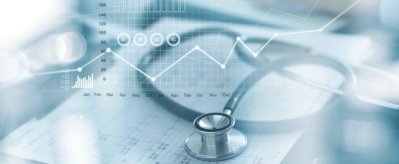 Gráfico del negocio de atención médica con con exámenes médicos y hombre de negocios analizando datos y el diagrama de crecimiento con foto con fondo difuso