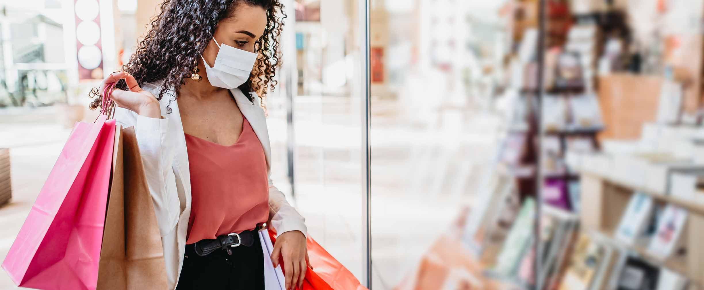 Mujer haciendo compras en un centro comercial