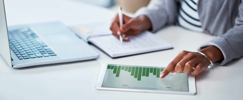 ejecutivo o ejecutiva trabajando en una laptop