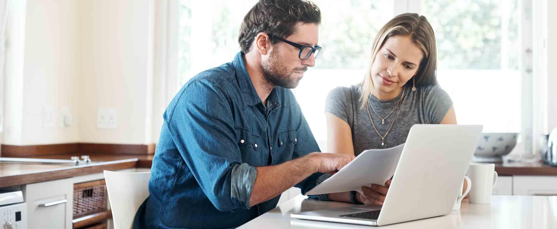 Pareja joven trabajando juntos en sus finanzas, en casa