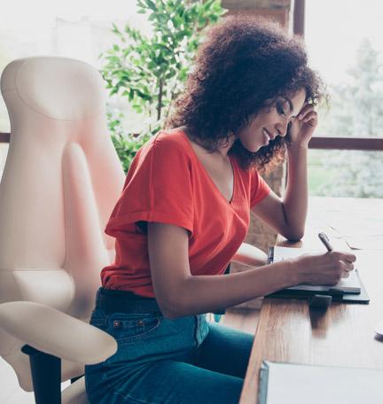 joven profesional trabajando en su escritorio