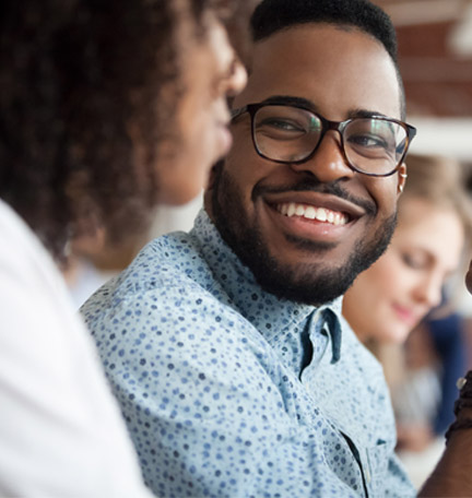 hombre afroamericano sonriente