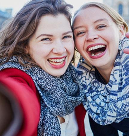 dos jóvenes tomándose una selfie