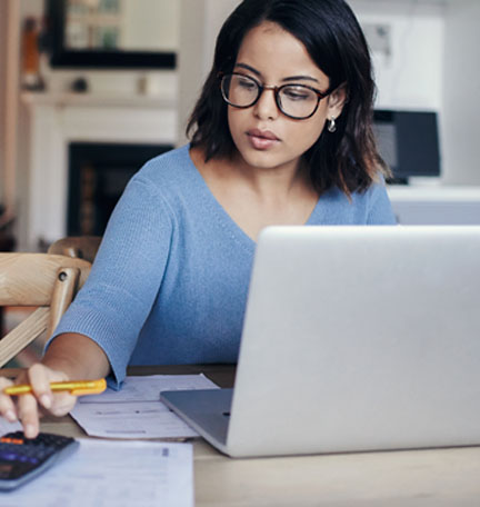 mujer revisando facturas