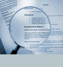 Lupa sobre una página de historial de empleo