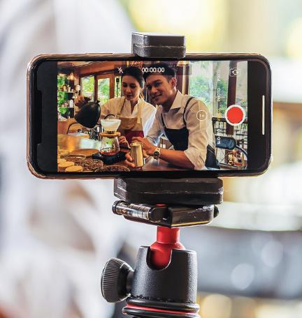 Dos baristas filmando contenido con un iPhone.