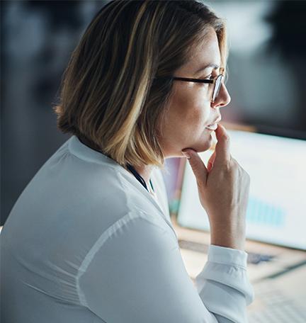 Mujer de negocios trabajando en una computadora