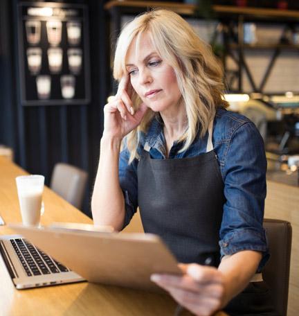 propietario de un pequeño negocio trabajando en una computadora