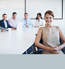 Mujer sentada en una sala de conferencias