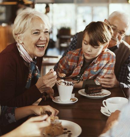 varias generaciones de una familia en un café