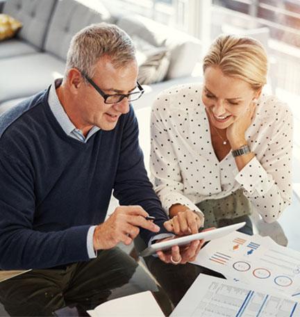 una pareja mayor establece objetivos de planificación financiera