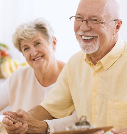 pareja adulta revisando el plan patrimonial con su asesor de patrimonio